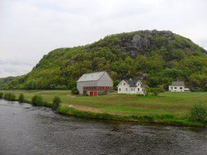 Åmotfjellet, sett fra jernbanebrua