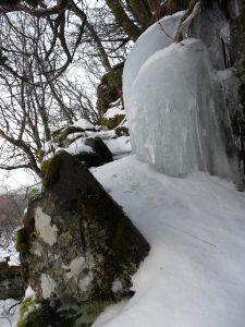 Fra trappene opp mot Sletna. Ei solid isblokk