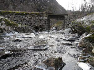 En av de tre broene over fossen