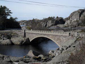 Flott steinbro mellom Nesvåg og Vågan camping