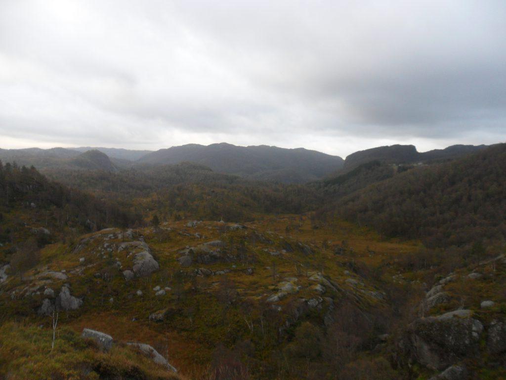 Dalen mellom Håland og Solli. Hus på Håland i høyre billedkant