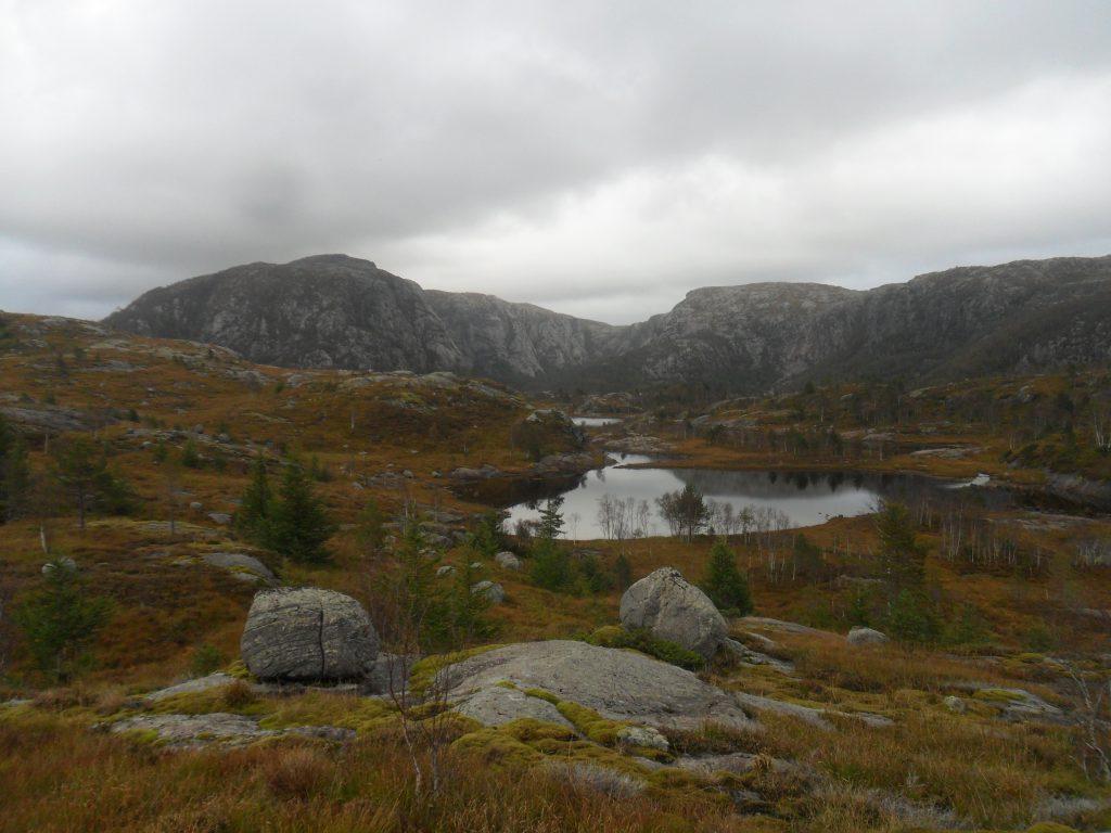 Her begynner Lindborgvatnet. Grønhaug er den høyeste toppen
